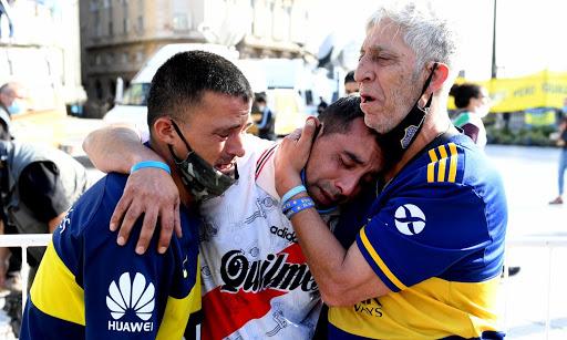 Hinchas-camisetas-lloran-Maradona