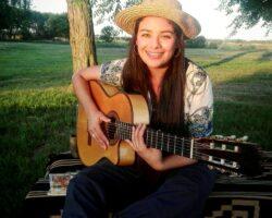 Araceli payadora guitarra 3