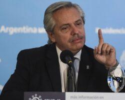 Alberto Fernández levantando el dedo